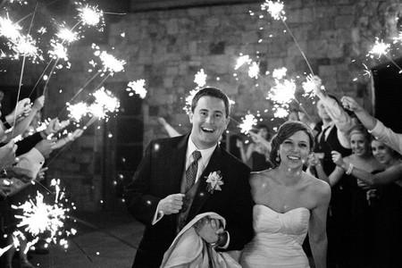 Zorg voor een extra 'ooh-moment' met vuurwerk. Kleinschalig met vuurwerksticks of groots met een grandioze vuurwerkshow. Vuurwerk kan trouwens ook voor heel leuke foto's zorgen.