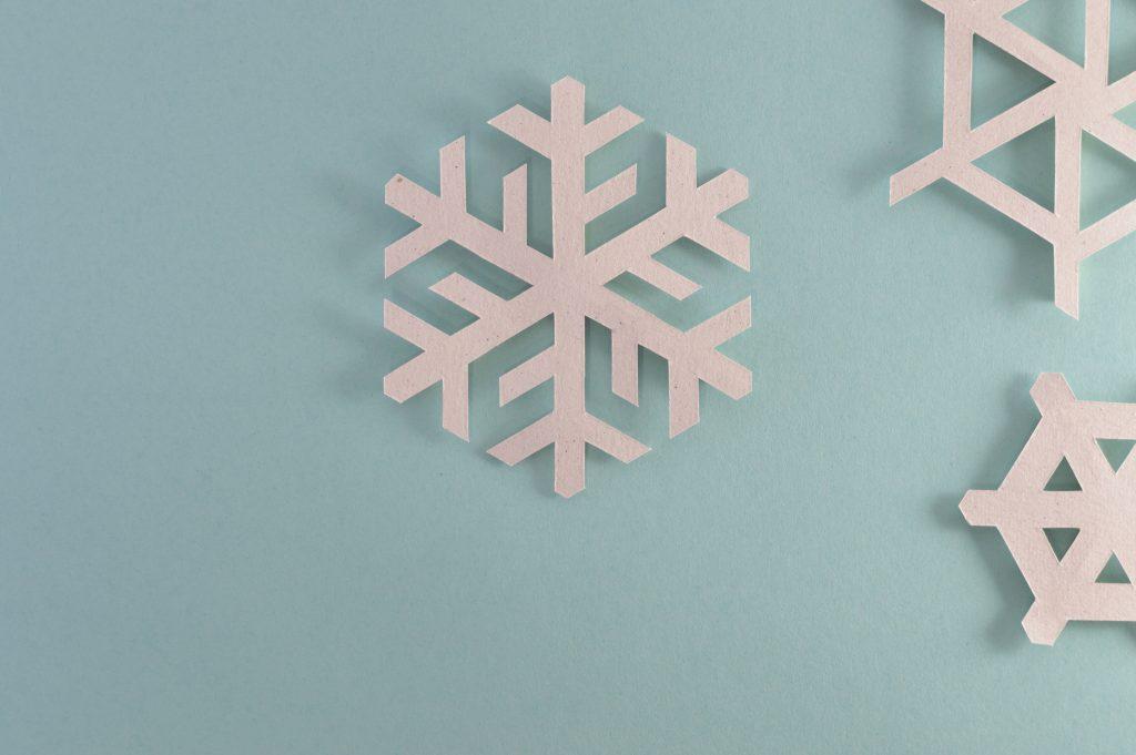 kerstactiviteiten papieren sneeuwvlokjes maken