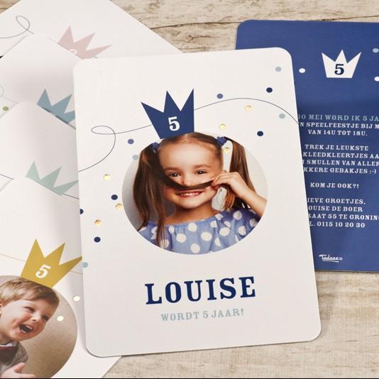 Kleurrijke uitnodiging met foto, kroontje en confetti