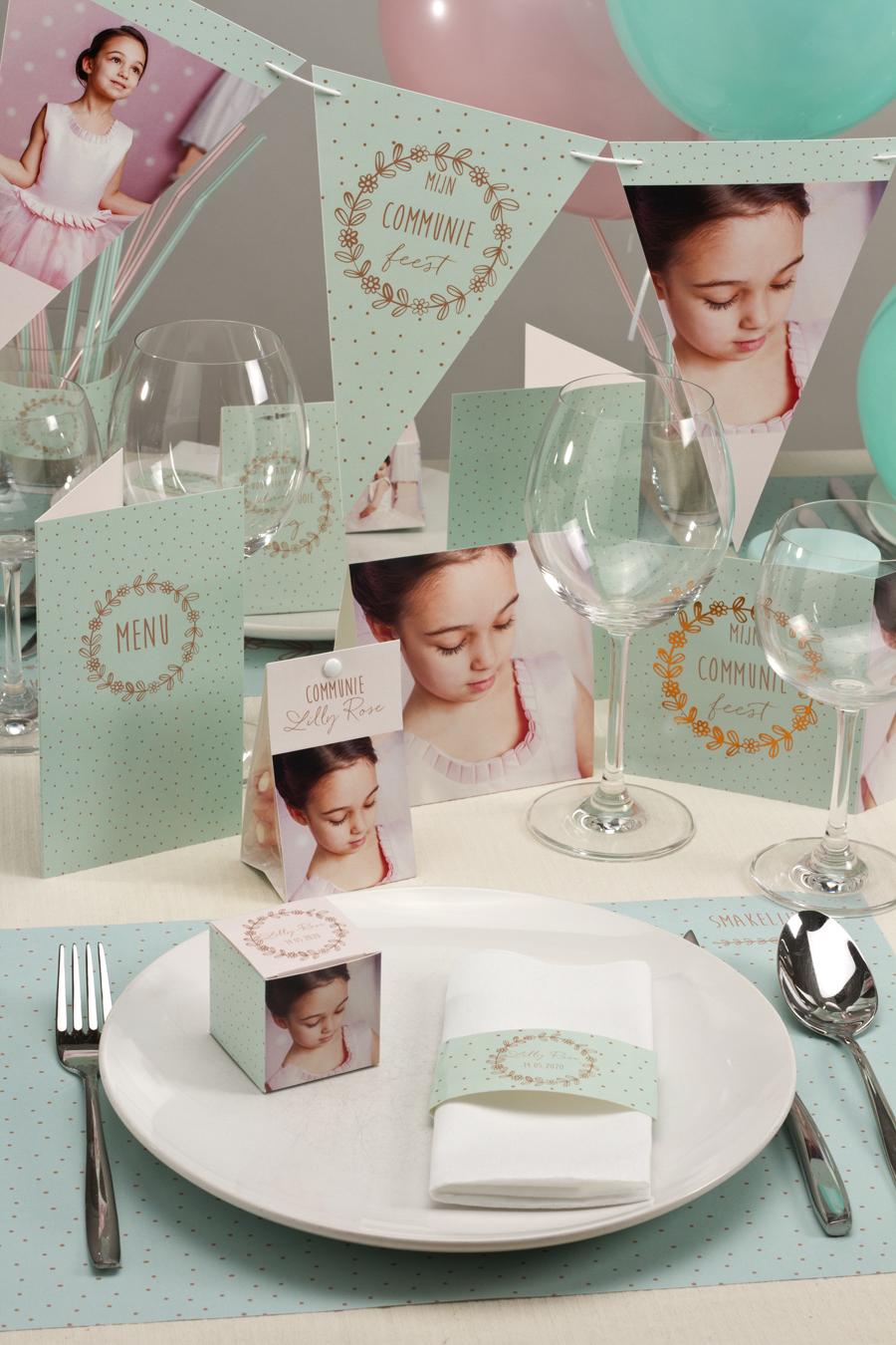 tafel meisje voor een communie met bloemenkrans