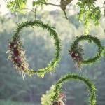 Tafelversiering met bohemian touch: bloemenkransen