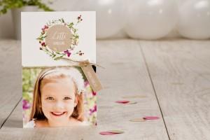 Een sierlijke uitnodiging of communiekaart met bloemen