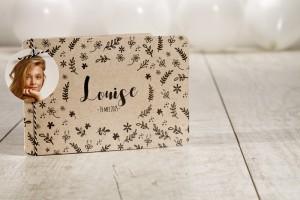 Een sierlijke uitnodiging of communiekaart met bloemen: ecostijl