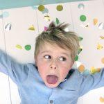 Jongen feest communie met confetti