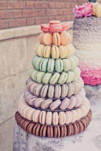 originele huwelijkstaart met regenboog macarons