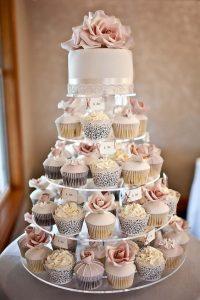 originele huwelijkstaart met roze vanille cupcakes