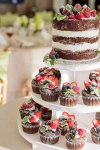 originele huwelijkstaart met chocolade cupcakes
