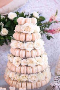 originele huwelijkstaart roze macarons
