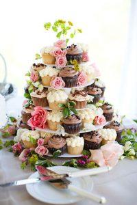 originele huwelijkstaart met cupcakes