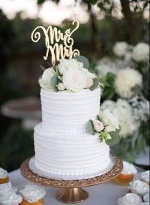 witten en originele huwelijkstaart met topper