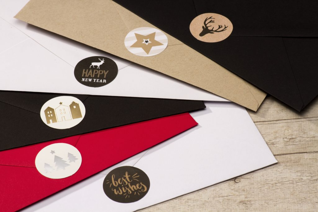Een leuke sluitzegel en gekleurde enveloppe maken je kerstkaarten af