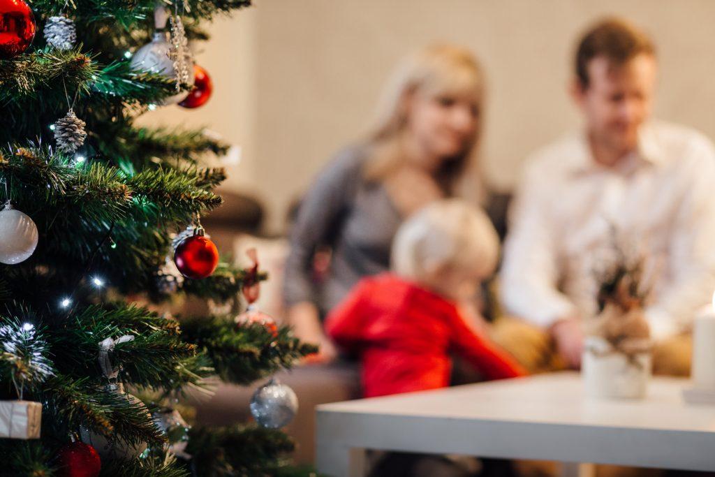 gezin geniet van kerstfeest