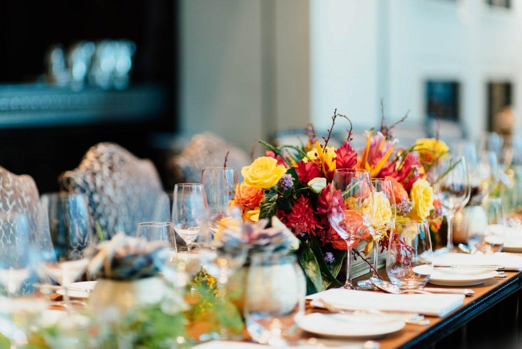 bloemen als decoratie op je kersttafel