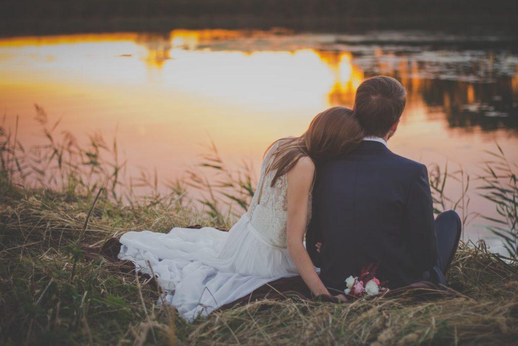 Zorg voor een unieke trouwfoto door te fotograferen tijdens golden hour