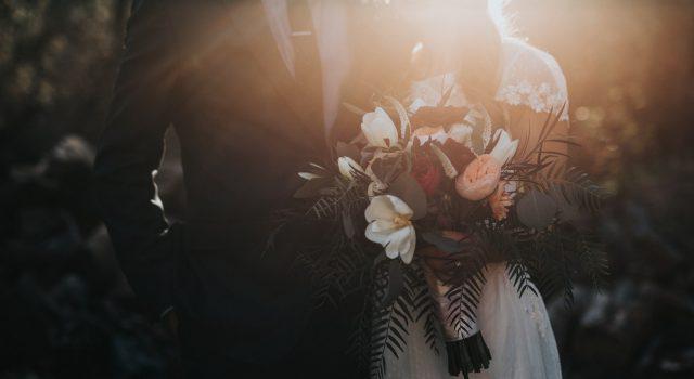 Het speciaal effect op je trouwfoto's door te fotograferen bij schemerlicht