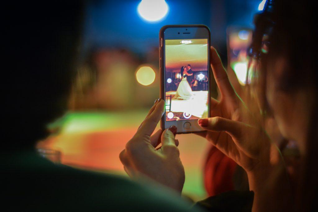 smartphones als zaklampjes voor jouw openingsdans