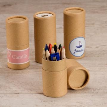 kokertje met potloodjes en waskrijtjes als doopsuiker