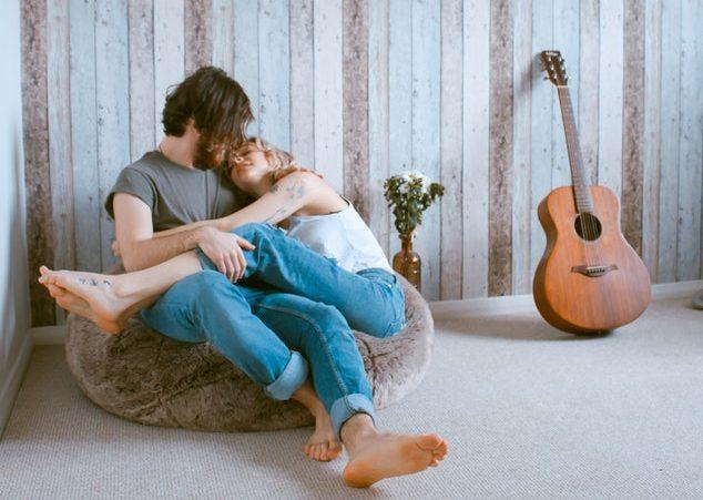Maak het thuis gezellig en vier valentijn gezellig met twee! Less is more!