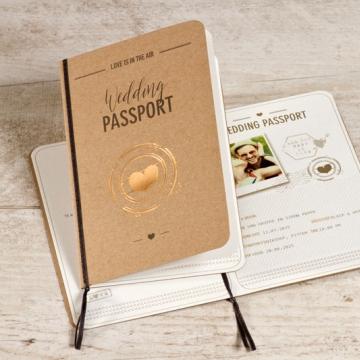 hippe trouwkaart in paspoortvorm