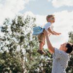 Vrouw speelt vrolijk met jong kind